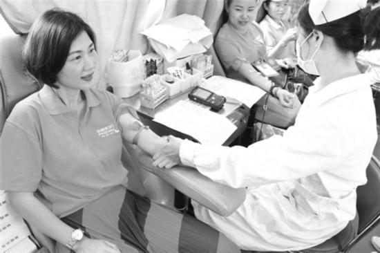 玉林市赠书献血与爱同行