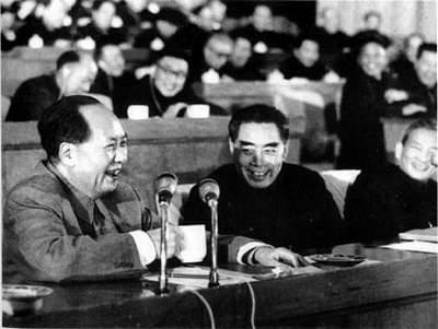 1962年初,周恩来和毛泽东、陈云在中共中央召开的扩大的中央工作会议(即七千人大会)上。