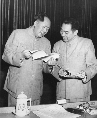 1953年,周恩来和毛泽东在中央人民政府委员会议上。