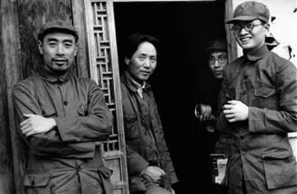 毛泽东、周恩来和博古(右一)的合影。