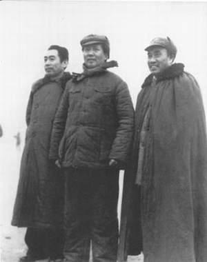 1946年11月19日,周恩来率中共代表团部分成员飞返延安。这是他回延安后和毛泽东、朱德在一起。