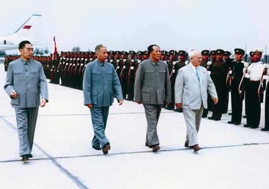 1959年9月,毛泽东、刘少奇、周恩来陪同赫鲁晓夫检阅三军仪仗队
