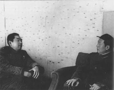 周恩来和毛泽东一起运筹决策。