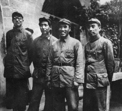 1937年8月,周恩来与国民党进行五次谈判后回到延安。这是他和毛泽东、朱德、林伯渠在毛泽东居住的窑洞前合影。