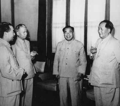 1956年6月,周恩来和毛泽东、刘少奇、朱德在中南海怀仁堂。