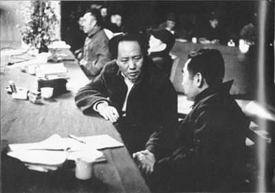 1945年4月,中国共产党第七次代表大会在延安召开。这是周恩来和毛泽东、刘少奇、朱德在中共七大主席台上。