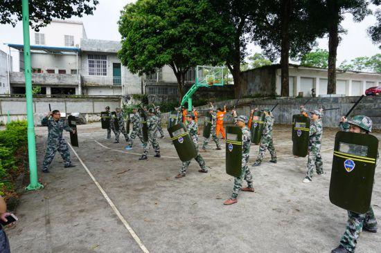上映乡武装部组织开展民兵队列训练、警棍盾牌术和集结演练