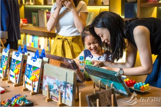 在书院内还专门设置了儿童区域,适合儿童阅读的书籍,益智类的玩具