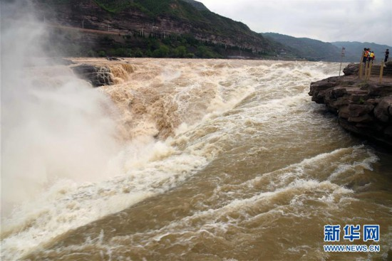 #(环境)(3)黄河壶口瀑布现半清半浊景观