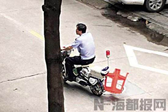 """泉州:挂着椅子走街串巷 """"码警""""成""""网红"""""""