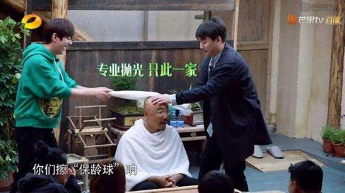 截图:何炅和黄磊在给徐峥洗头