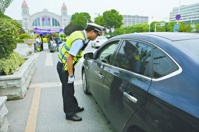 武汉城市交通近况:乱停乱放现象在慢慢地变