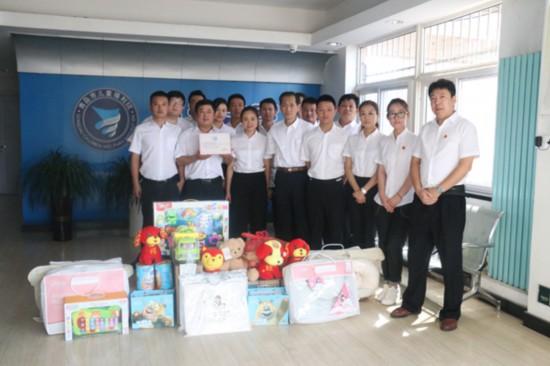 项目公司员工为福利院的孩子们带去了食品、玩具、尿不湿等用品.JPG