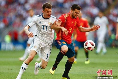 图为双方争抢足球。