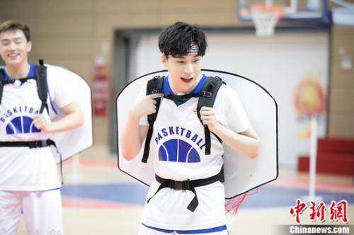王博文被戴上特殊篮筐