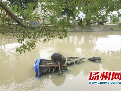 避让电三轮货车撞树翻入河中 扬州司机爬窗逃生