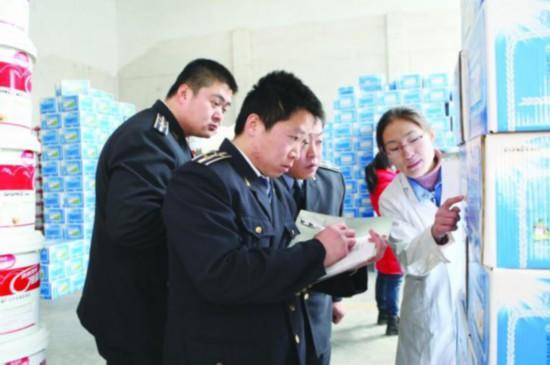 质监执法人员对商超相关商品进行监督抽查