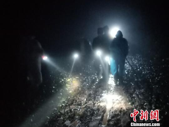 云南古稀老人进山采野生菌迷路警民联合深夜寻回