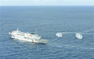 中国海军和平方舟医院船举行海上医疗救护演练