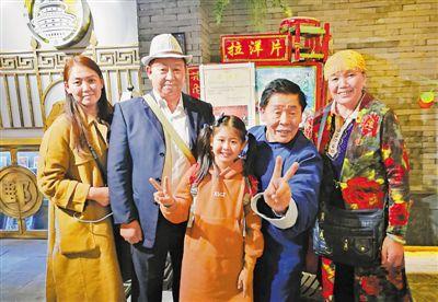 <p>  2017年,纳永祥(左二)陪外孙女李子沐(中)去北京参加《非常6+1》节目。         (相片由本人提供)</p>