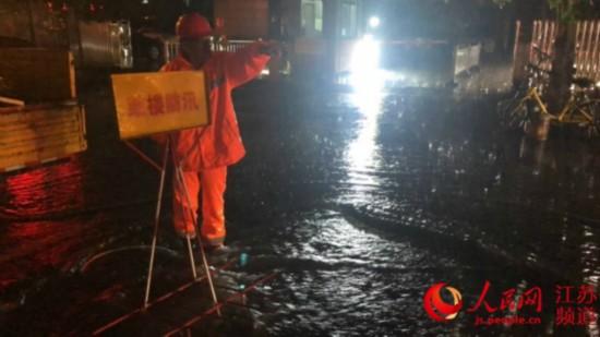 暴雨来袭 南京城管走上街头抢险排涝