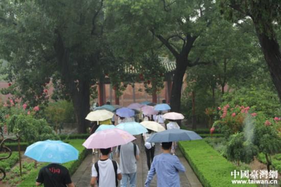 两岸青年学生山西运城雨中拜关公