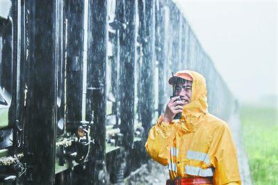 """武汉北站每天""""暑中送炭""""近万吨"""