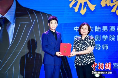张晓龙(左)