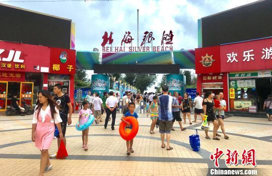 广西北海银滩取消收费首日游人如织