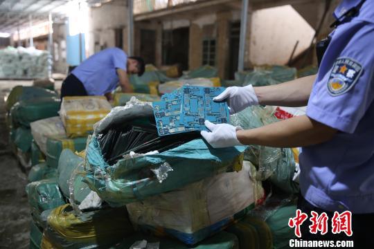 废旧电路板等电子垃圾成分复杂,含有汞,铬等有毒化学物质,不能被回收