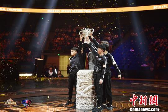 "Hero久竞以4:1力克EDG.M夺冠,首次捧起""银龙杯""。腾讯 供图"
