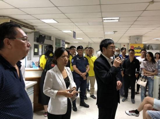驻宋卡总领事周海成看望普吉游船倾覆事故遇难者家属