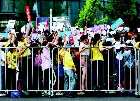 p69- 6月11日,《创造101》举行女团创始人见面会,吸引了数千名粉丝到场。