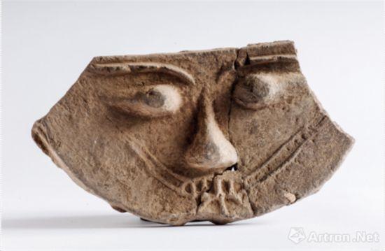 人面纹陶构件 高15.7、残宽28.8、厚2.4 厘米 三燕(337 ~ 436 年)