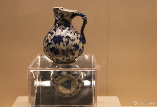 美第奇软瓷罐  1575年  高12.5cm,底径5.5cm  意大利那不勒斯马提纳公爵博物馆藏