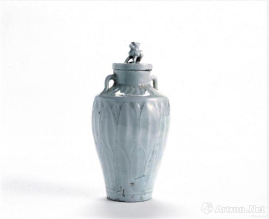 狮钮盖莲瓣纹双系白瓷瓶 高14、底径4.1厘米 辽(916~1125年)