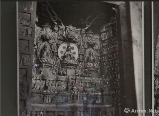 1940年营造学社摄北山石刻观无量寿佛经变相 梁先生特别提到这龛,大概因这龛造像内容与建筑上关联最多。