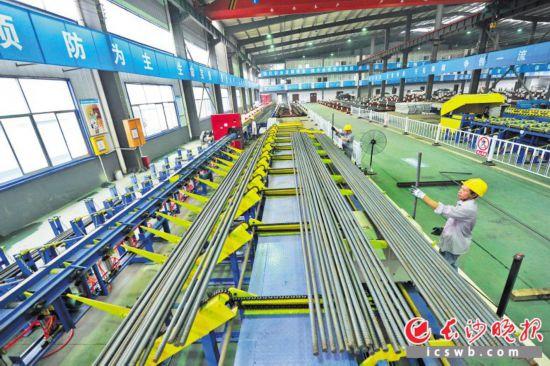 长沙地铁6号线钢筋会合加工厂内,工人正在功课。长沙晚报记者 王志伟 摄