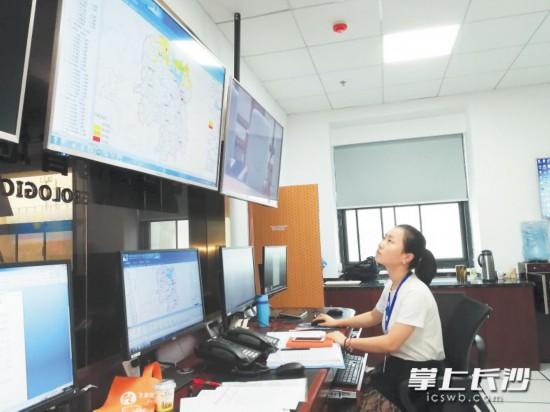 工作人员正在对地理信息及相关数据进行监测。长沙晚报记者小刘军摄