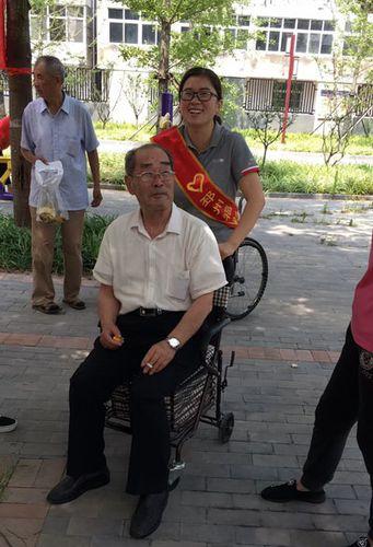 邳州福彩庆七一 大型公益汇演为老党员送清凉