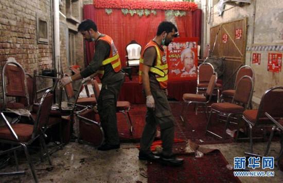 (国际)(2)巴基斯坦一政治集会遭自杀式爆炸袭击13人死亡