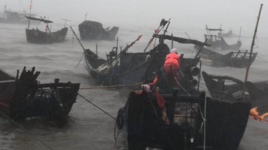 福州连江渔民被困渔船 消防官兵14级大风中营救