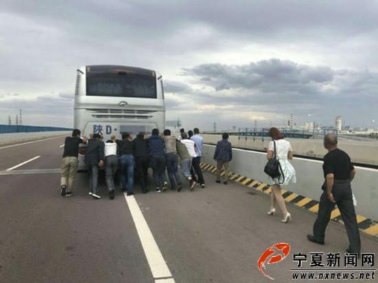 大客车高速路上闹罢工乘客推行百米终获救援1.jpg