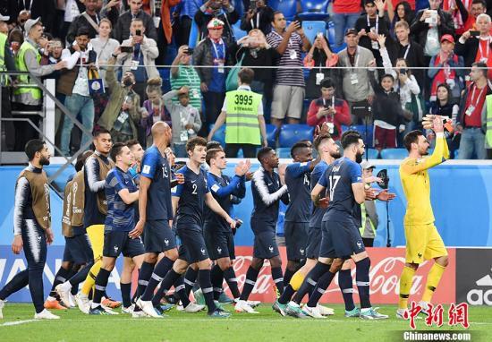 俄罗斯世界杯法国队进入决赛。图为赛后法国队庆祝胜利、感谢球迷。 <a target='_blank'  data-cke-saved-href='http://www.chinanews.com/' href='http://www.chinanews.com/'><p  align=
