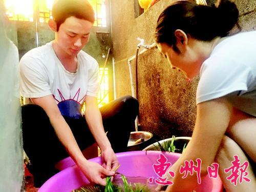 暑假里,懂事的林武彬在父母经营的餐饮店里帮忙。本报记者朱如丹 陈春惠 摄