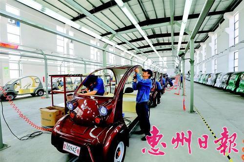 近年来惠州新能源汽车产业发展迅速。这是龙门红新能源汽车生产车间。 本报记者黄俊琦 摄
