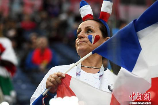 图为一位挥舞旗帜的法国女球迷。 <a target='_blank'  data-cke-saved-href='http://www.chinanews.com/' href='http://www.chinanews.com/'><p  align=