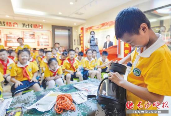 昨日上午,在岳麓区机关人防宣教馆,博才咸嘉小学的学生们正在学习如何使用防毒面具。  长沙晚报记者 邹麟  摄