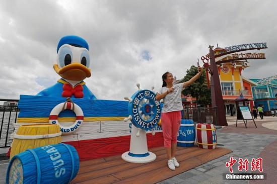 """11米高巨型唐老鸭""""游""""进上海迪士尼度假区星愿湖图片"""