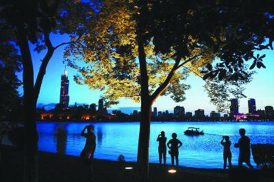 南京玄武湖湖畔灯光璀璨 成市民纳凉好去处